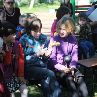 Pskow 2016 Waisenhaus Kinder mit Geschenken