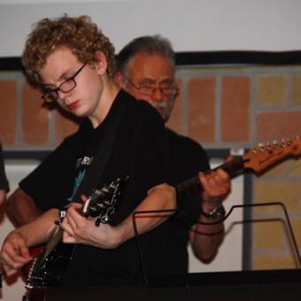 Die Gitarristen Simon und Klaus Hurtz