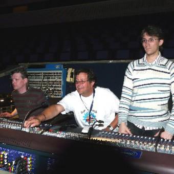 Techniker Andreas Grothof mit seinen Assistenten