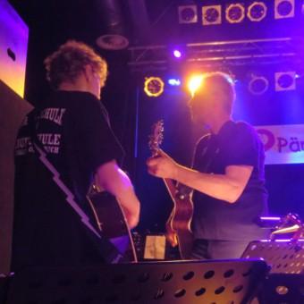 Die Gitarristen Simon und Karl Wibbeke