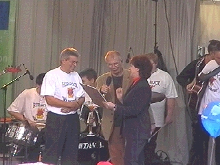 Karin Clement übergibt den Preis